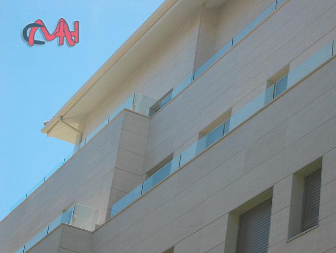 Edificio con barandillas aluminio