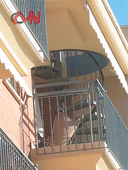 Escaleras caracol de acero galvanizado cerrajer as en madrid for Escaleras de exterior metalicas