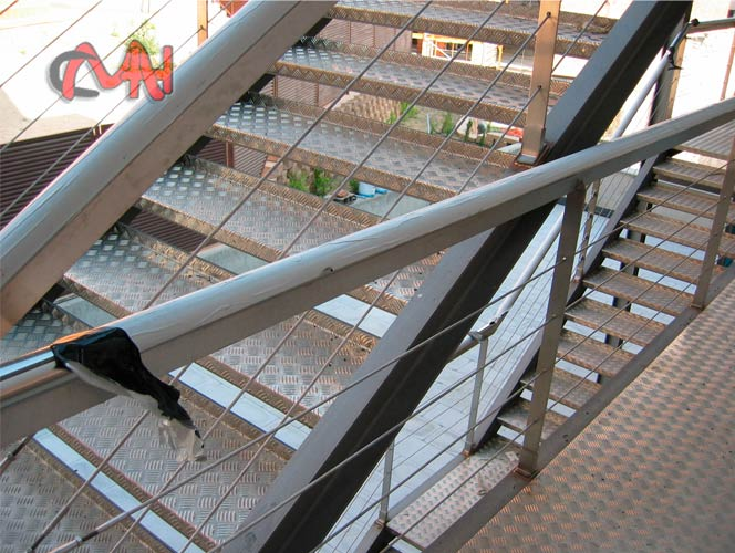 Escaleras de exterior escalera exterior blanca ciemntart for Escaleras de exterior metalicas
