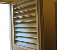 Rejillas ventilación orientablr en puerta con fijo