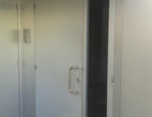 Puerta aluminio anodizado